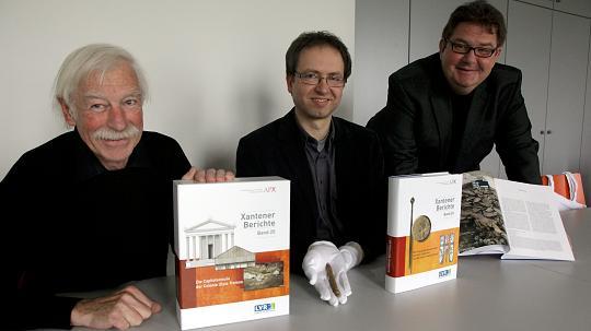 """Gundolf Precht, Patrick Jung und Martin Müller (von links) präsentierten gestern zwei neue Bände der Reihe """"Xantener Berichte"""". FOTO: armin fischer"""