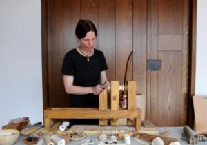 Mit Hilfe der nach antikem Vorbild rekonstruierten Drechselbank kann Astrid Dingeldey Filigranes schnitzen.