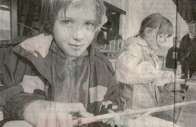 Auch Svenja (9 Jahre, links) und Lisa (7) interessierten sich dafür, wie bei den Römern geabeitet wurde. Aus Knochen fertigten die Kinder Haarnadeln.
