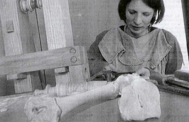 Auch Knochenschnitzerin Astrid Dingeldey führte in diesem Jahr jedes Wochenende ihre Kunst vor. ( Foto:Gisela Weißkopf )